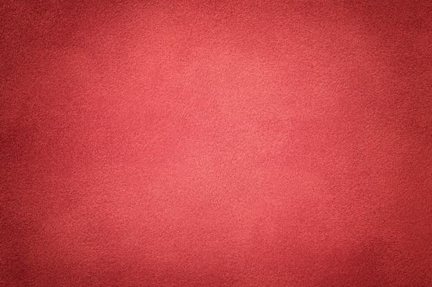 濃い赤のスエード生地のクローズアップの背景。ベルベットマットテクスチャ Premium写真