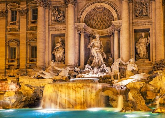 Фонтан треви ночью рим, италия. барочная архитектура и скульптура. Premium Фотографии