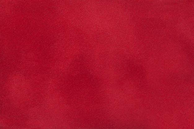 スエード生地、クローズアップの濃い赤のマットの背景。 Premium写真