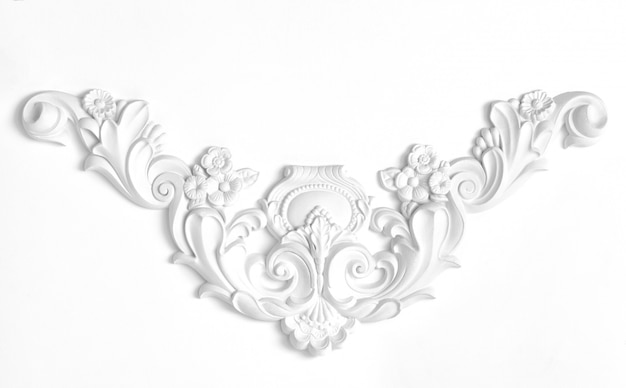 漆喰の装飾的な要素で飾られた白い壁 Premium写真