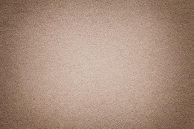 古い光の茶色の紙の背景、クローズアップの質感。濃いベージュのボール紙の構造。 Premium写真