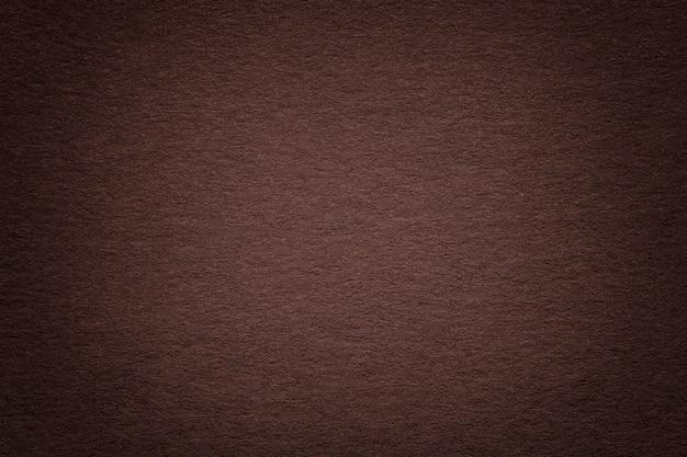 古い暗い茶色の紙の背景、クローズアップのテクスチャ。濃いベージュのボール紙の構造。 Premium写真