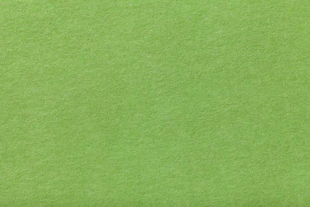 薄緑色のマットスエード生地。フェルトの背景のビロードのテクスチャ Premium写真