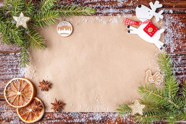 Рождественская композиция с текстом на бумаге счастливого нового года в центре кадра. Premium Фотографии