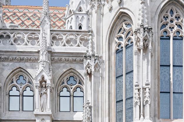 ハンガリー、ブダペストのマーチャーシュ教会の断片 Premium写真