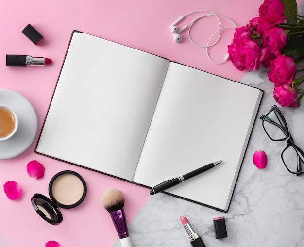 ブログ職場のための美しいモックアップフラットレイアウトデザイン Premium写真