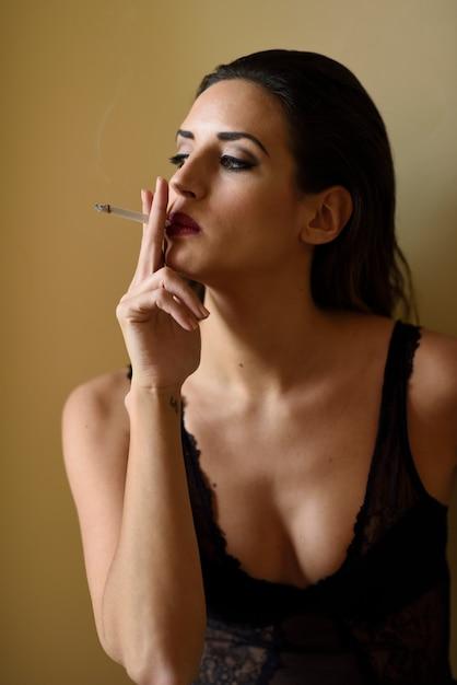 eblya-molodih-seksualnie-bryunetki-s-sigaretoy-skritaya