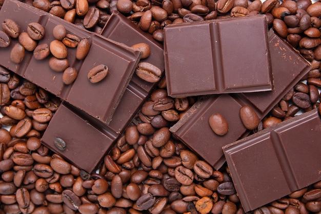 ダークミルクチョコレートとコーヒー豆 Premium写真