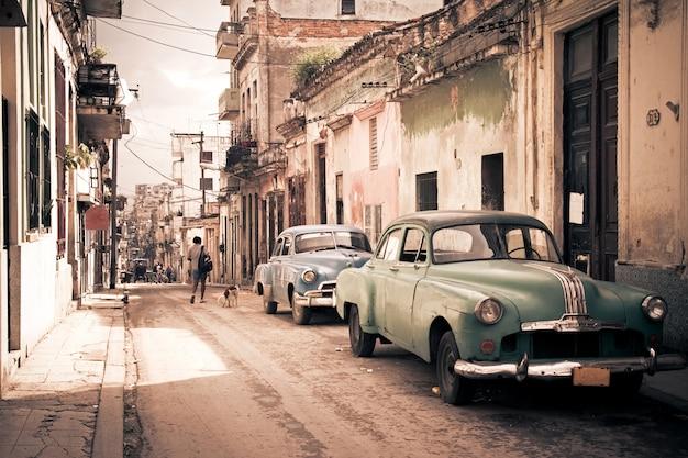 ハバナの通りにビンテージレトロ車 Premium写真