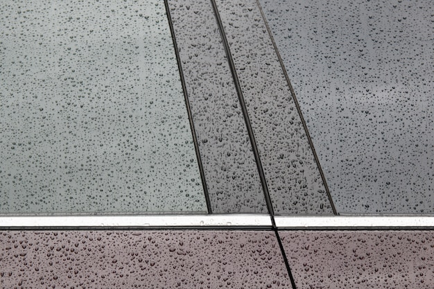 車の黒い表面に水滴 Premium写真