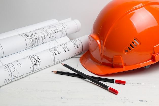 エンジニアリングハウスの図面、ヘルメット、鉛筆、青写真。 Premium写真