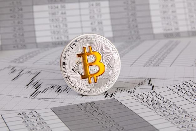 金融チャットとグラフ上のビットコインコイン Premium写真