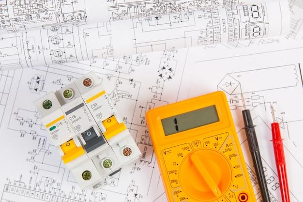 電気工学図面、モジュラー回路ブレーカー、デジタルマルチメーター。電気ネットワークの保護と切り替え。 Premium写真