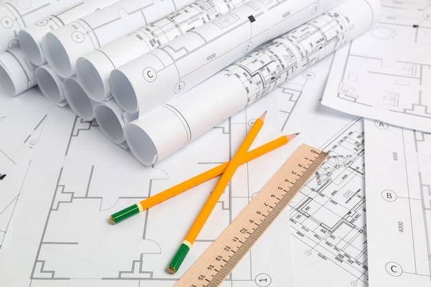 紙の建築図面、青写真、鉛筆と定規。エンジニアリング設計図 Premium写真