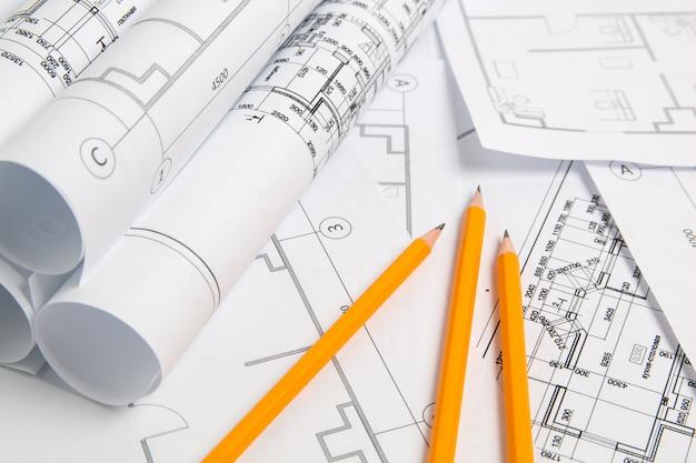 紙の建築図面、青写真と鉛筆。エンジニアリング設計図 Premium写真