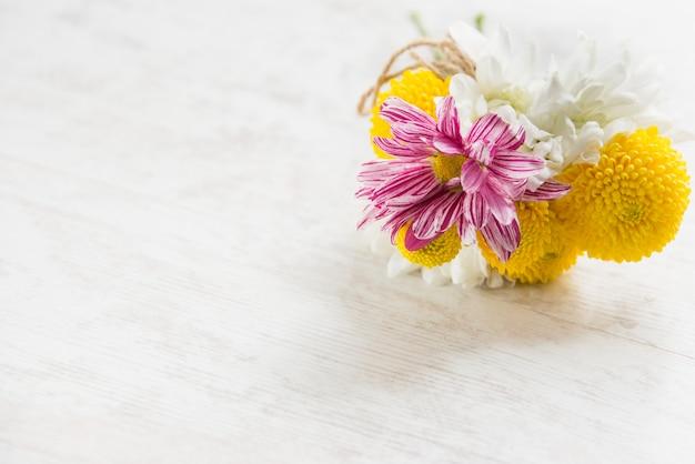 白い木の素朴な背景の上の新鮮な花の花束 Premium写真