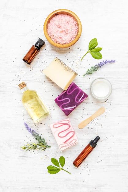 Взгляд сверху органических мыл и косметик аранжировало с лавандой, травами, семенами чиа и эфирными маслами. Premium Фотографии
