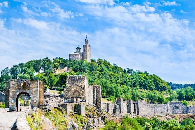ブルガリアのヴェリコタルノヴォにある中世のツァレヴェッツ要塞と家父長教会。 Premium写真