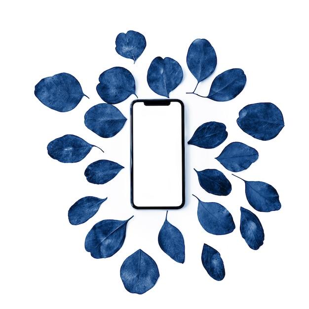 Праздничная цветочная композиция для мобильного телефона с пустым экраном и разноцветными листьями эвкалипта Premium Фотографии
