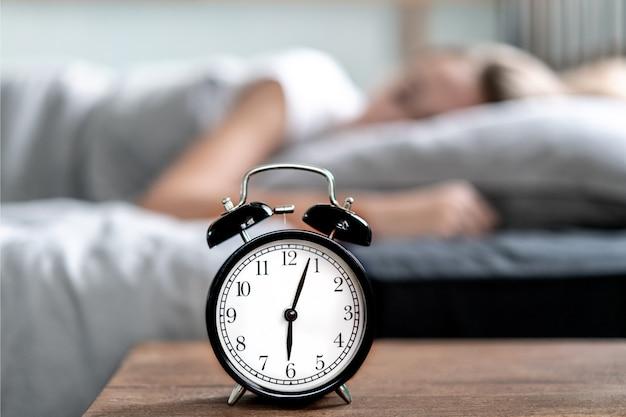 ベッドで横になっている不眠症の女性。早朝の時間。不眠症と睡眠障害。リラックスして睡眠の概念。眠くて疲れている。早起き。リラックスして睡眠の概念。 Premium写真