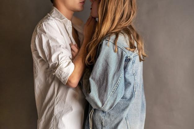 Сентиментальная счастливая пара в любви склеивания. молодые влюбленные пары обнимают друг друга. Premium Фотографии