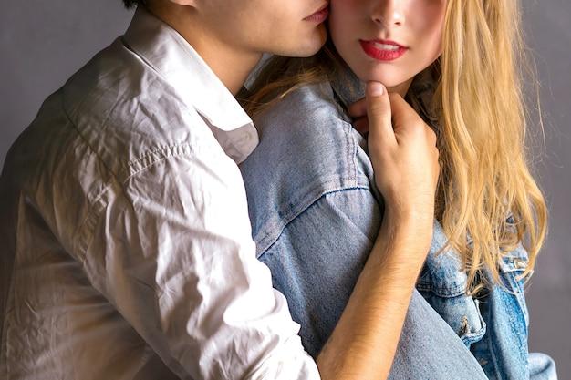 愛の絆で感傷的な幸せなカップル。愛の若いカップルはお互いを抱きしめます。 Premium写真