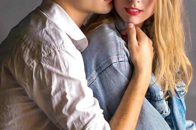 愛の若いカップルはお互いを抱きしめます。ラブストーリーロマンチック Premium写真