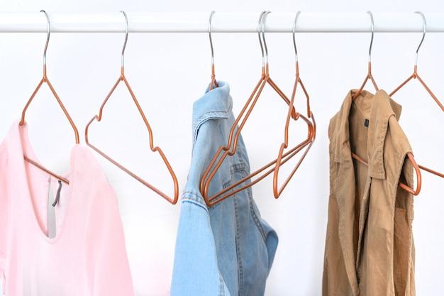 オープンハンガーの女性服のいくつかのアイテム Premium写真