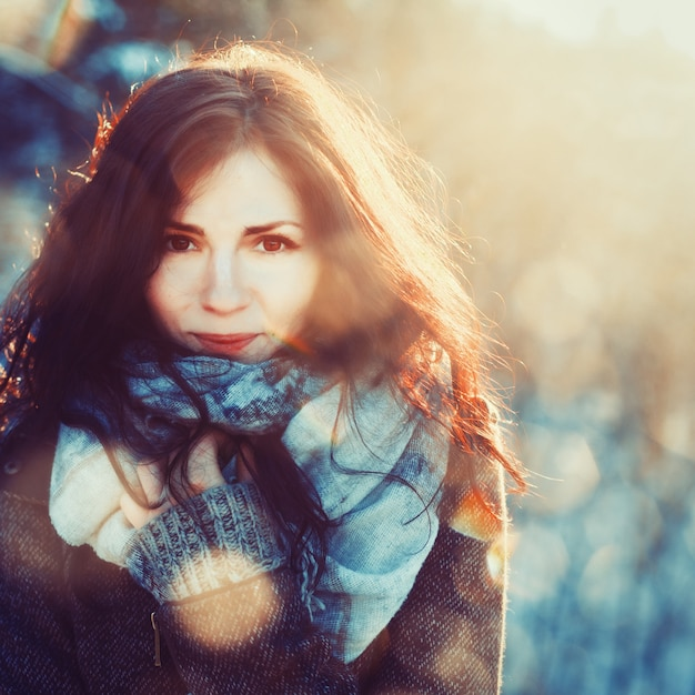 Брюнетка женщина с шарфом на холодный день Бесплатные Фотографии