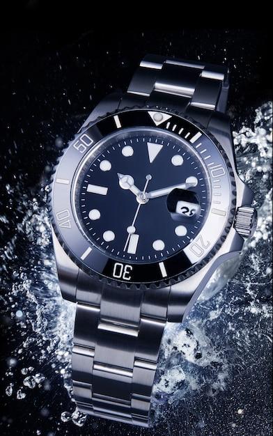 スプラッシュ水と高級時計。 Premium写真