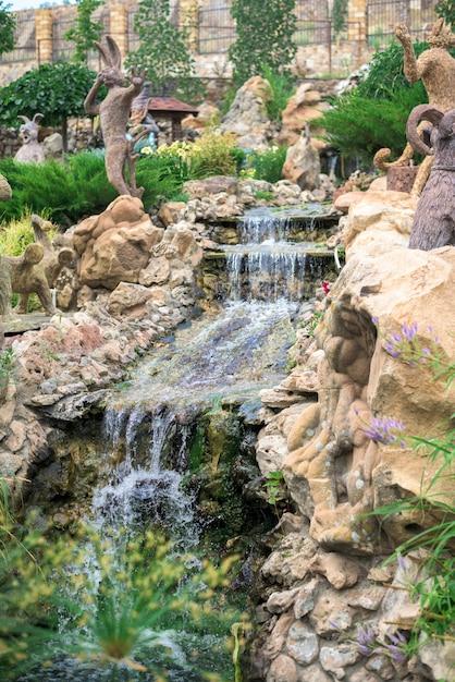 公園内の滝のカスケード。人工的な Premium写真