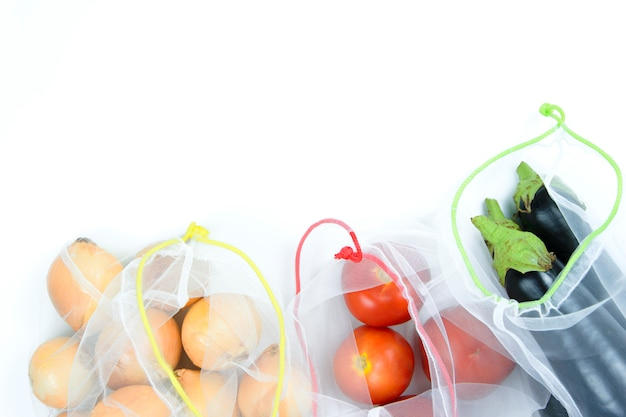 白い背景の上の食料品の袋に野菜 Premium写真