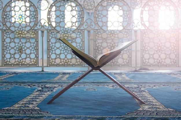 コーラン-イスラム教徒の聖典、モスクのシーン Premium写真