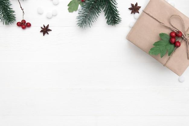 クリスマスプレゼントと白い木製の背景、コピースペース、トップビューで装飾のクリスマス休暇組成。 Premium写真