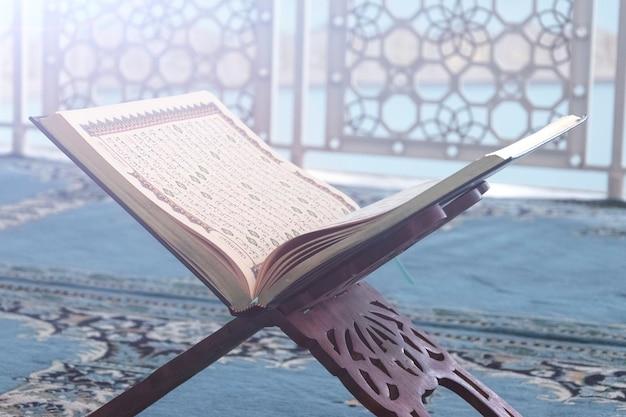 クルアーンはイスラム教徒のクローズアップの神聖な本です。 Premium写真
