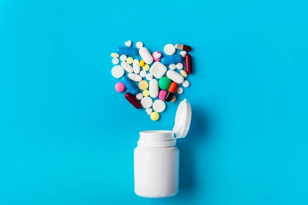 各種薬、錠剤、錠剤のボトル。 Premium写真