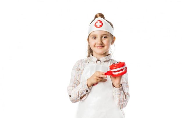 Счастливая улыбающаяся девочка с инструментом дантиста Premium Фотографии