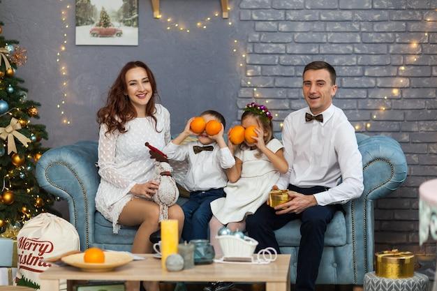幸せな家族のクリスマスプレゼントを開催 Premium写真