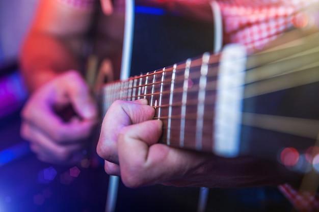 Мужской музыкант с акустической гитарой Premium Фотографии