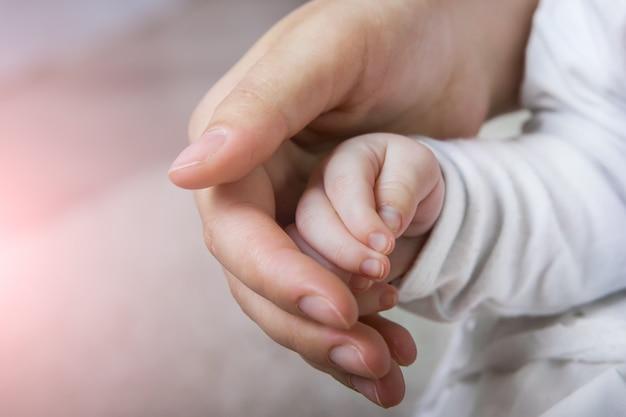 生まれたばかりの赤ちゃんの手 Premium写真