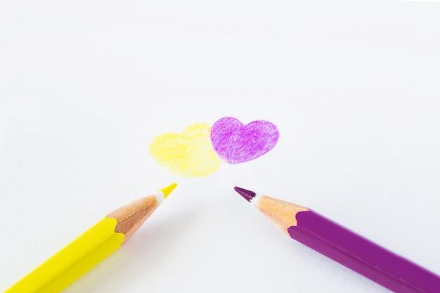 テキスト用のスペースと白い背景の上の色鉛筆。 Premium写真