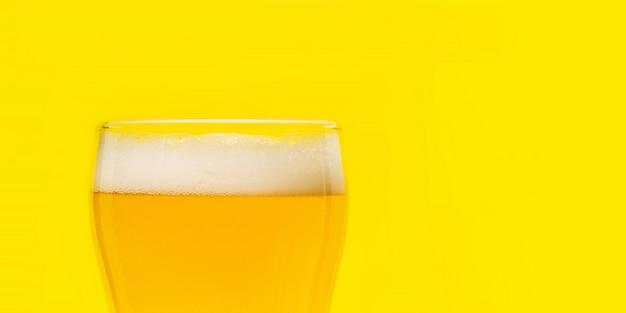 ビール。コールドクラフトライトビールとグラスに水滴。ビールのパイント。オクトーバーフェストのコンセプト。 Premium写真