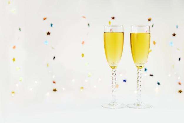 シャンパンと装飾で幸せな新年。 Premium写真