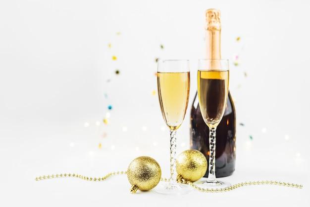 シャンパン、ボトル、装飾と輝く新年の背景。クリスマスと新年あけましておめでとうございますコンセプト。 Premium写真