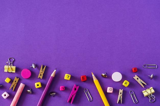 色とりどりの学校はコピースペースと紫色の背景に提供します。 Premium写真