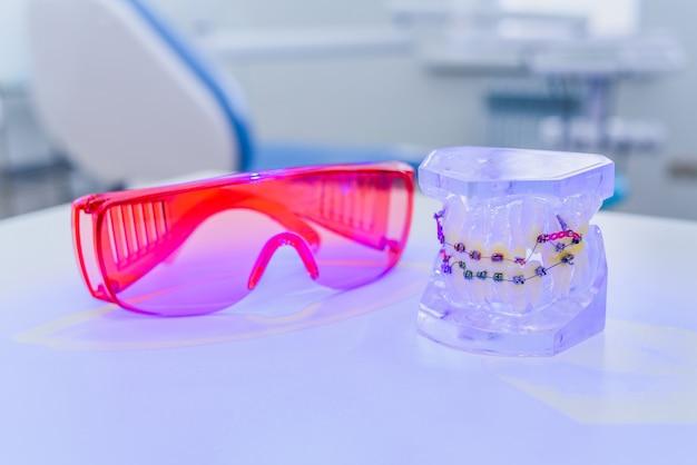 ブレース付きの人工顎はメガネで横たわっています Premium写真