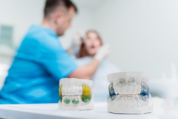 歯科矯正医が患者の口腔を検査します Premium写真