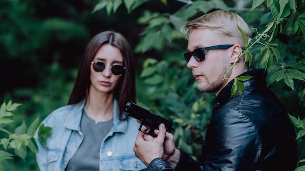 Специальные агенты, вооруженные оружием Premium Фотографии