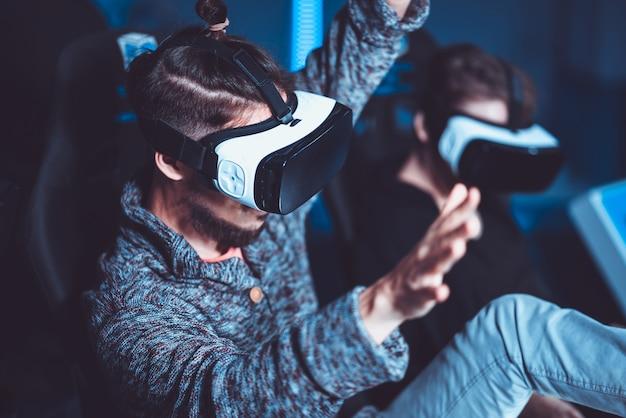 映画館で特別な効果を持つ仮想メガネで楽しんでいるカップル Premium写真