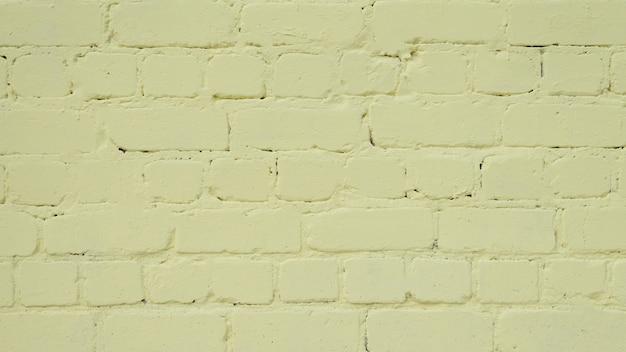 レンガの表面は黄色の塗料で塗装されています Premium写真